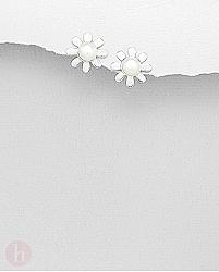Cercei mici din argint model floare de margareta cu perla alba